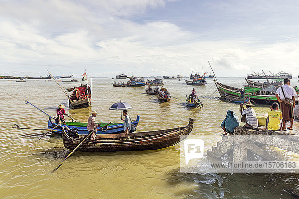 Sampans and other small boats in Sittwe harbour  with people standing on the shore  Rakhine  Myanmar (Burma)  Asia