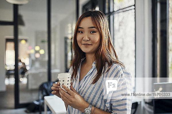 Porträt einer Geschäftsfrau bei einer Kaffeepause im Büro