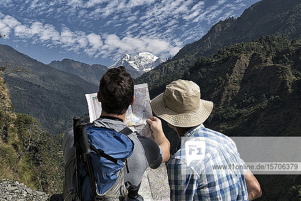 Zwei Wanderer beim Kartenlesen in Muri  Dhaulagiri Circuit Trek  Himalaya  Nepal