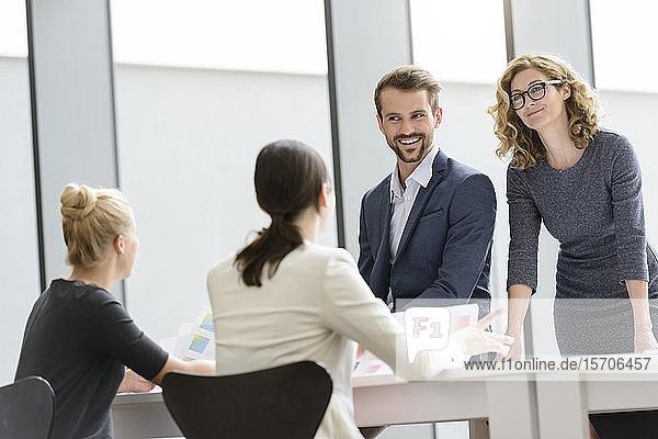 Zuversichtliches Geschäftsteam hat eine Besprechung im Büro