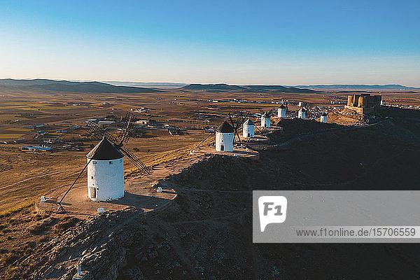 Spanien  Provinz Toledo  Consuegra  Reihe alter Windmühlen auf dem Gipfel eines braunen Hügels