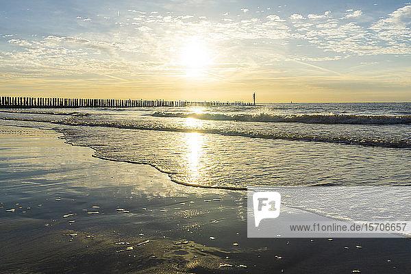 Niederlande  Cadzand-Bad  Strand mit Wellenbrecher in der Dämmerung