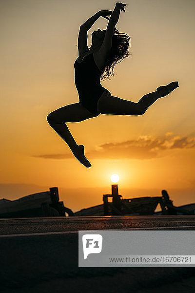 Silhouette einer tanzenden Ballerina bei Sonnenuntergang