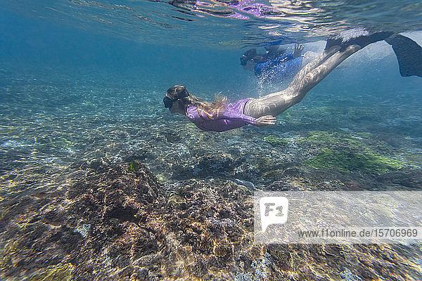 Zwei junge Frauen schnorcheln auf der Insel Nusa Penida  Bali  Indonesien