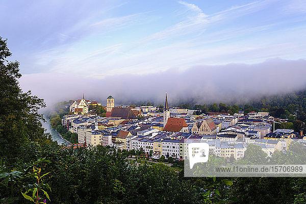 Deutschland  Bayern  Wasserburg am Inn  Luftaufnahme einer alten Flussuferstadt im dichten Morgennebel