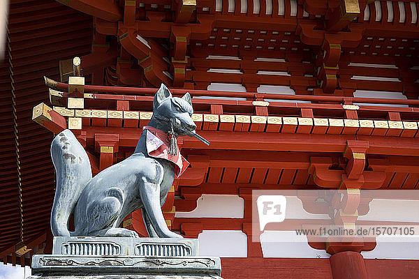 Japan  Präfektur Kyoto  Stadt Kyoto  Fuchs-Statue am Fushimi Inari-taisha-Schrein