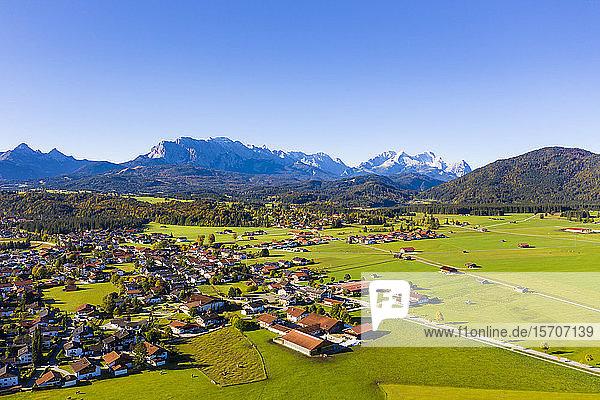 Deutschland  Bayern  Oberbayern  Werdenfelser Land  Krun  Luftaufnahme der grünen Felder und des Dorfes mit dem Wettersteingebirge im Hintergrund