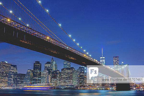 USA  New York  New York City  Brooklyn Bridge und Manhattan nachts beleuchtet