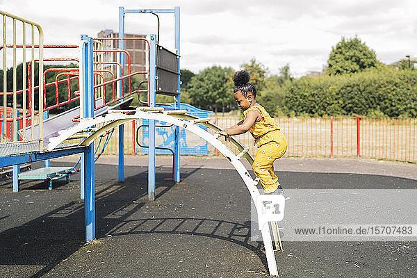 Mädchen klettert auf einem Spielplatz eine Leiter hoch Mädchen klettert auf einem Spielplatz eine Leiter hoch