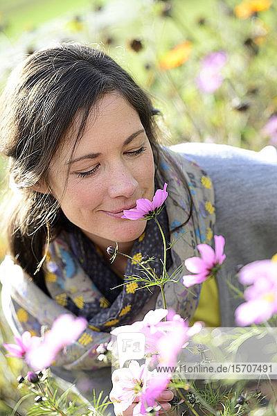 Porträt von Frauen  die an Wildblumen riechen  Blumenwiese