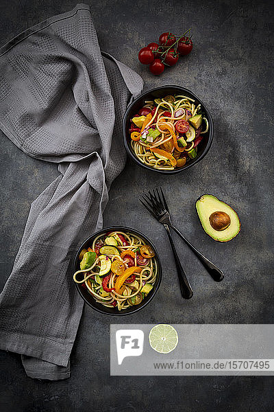 Schalen mit Spaghetti mit gegrilltem Gemüse