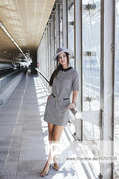 Porträt einer modischen jungen Frau auf dem Flughafen