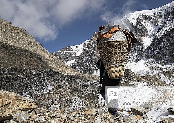 Gepäckträger am Chonbarden-Gletscher  Dhaulagiri Circuit Trek  Himalaya  Nepal