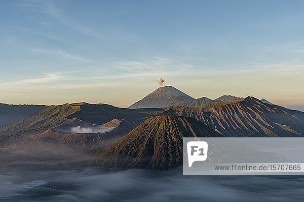Indonesien  Ost-Java  Luftaufnahme des im Morgennebel gehüllten Mount Bromo