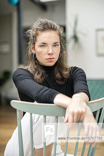 Porträt einer schönen jungen Frau  die in die Kamera schaut