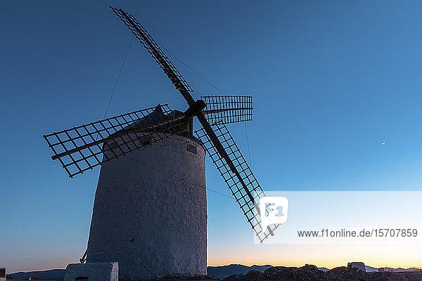 Spanien  Provinz Toledo  Consuegra  Alte Windmühle in der Abenddämmerung gegen den Himmel stehend