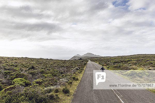 Joggender Mann auf Landstraße  Cape Point  Westkap  Südafrika