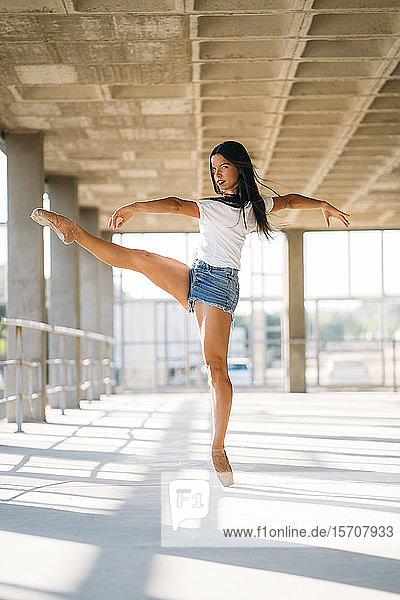 Tanzende Ballerina in der Turnhalle