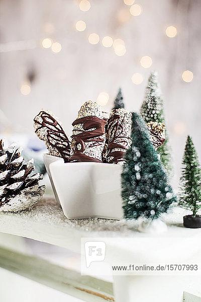 Weihnachtsplätzchen aus Eiweiß,  Mandeln,  Mohn und Schokolade