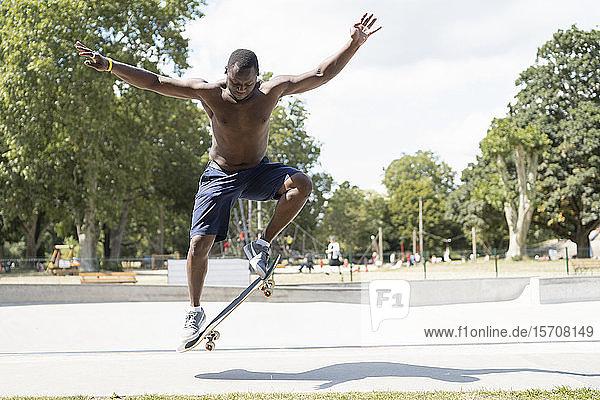 Mann beim Schlittschuhlaufen im Skatepark