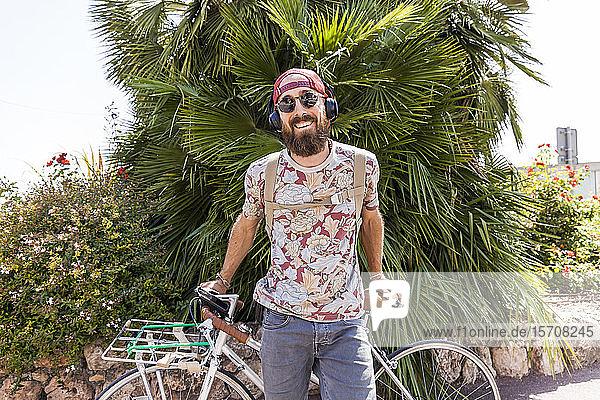 Lächelnder reifer Mann mit Fahrrad