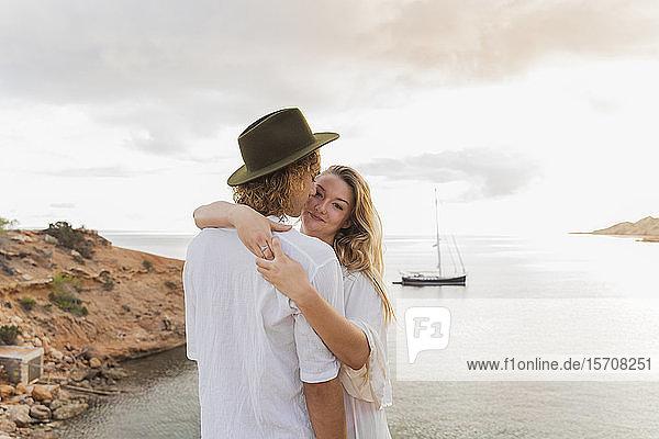 Junges verliebtes Paar vor dem Meer  Ibiza  Balearen  Spanien