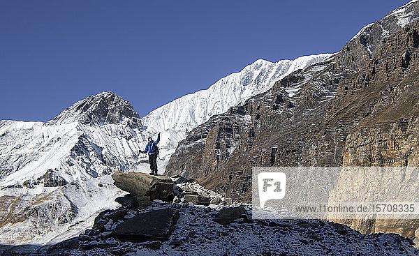 Bergsteiger auf dem Gipfel eines Felsens  Dhaulagiri Circuit Trek  Himalaya  Nepal