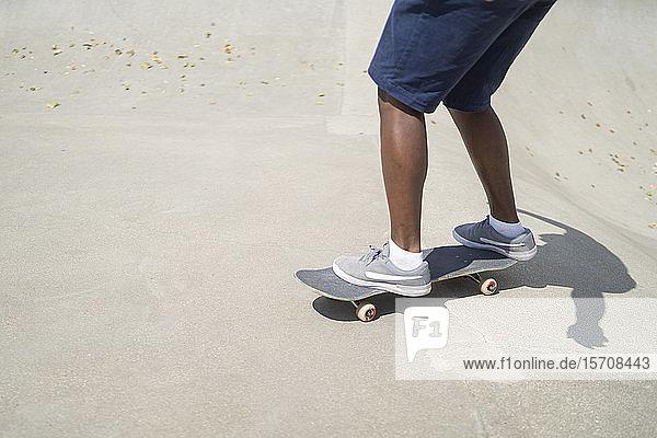 Mann auf Skateboard stehend
