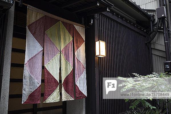 Japan  Präfektur Ishikawa  Kanazawa  Dekorationsstoff vor dem Haus hängend