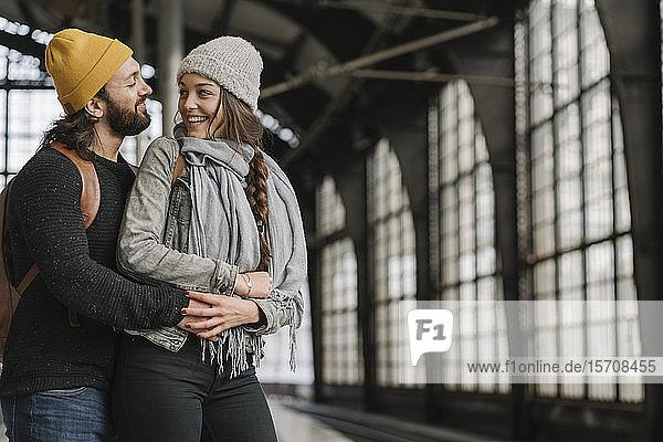 Glückliches junges Paar auf dem Bahnsteig  Berlin  Deutschland
