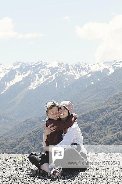 Mutter umarmt ihren Sohn in den Bergen  Sotschi  Russland