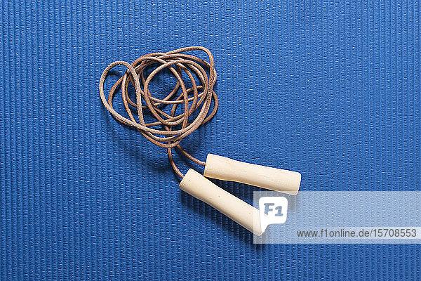 Springseil auf blauer Trainingsmatte