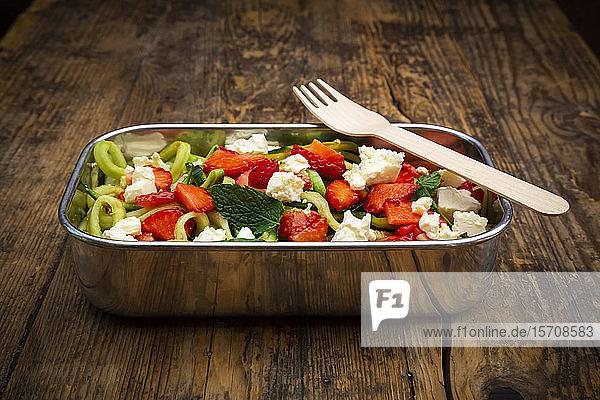 Metall-Lunchbox mit Gurken-Erdbeersalat  gemischt mit Fetakäse  Minze und Balsamico-Essig