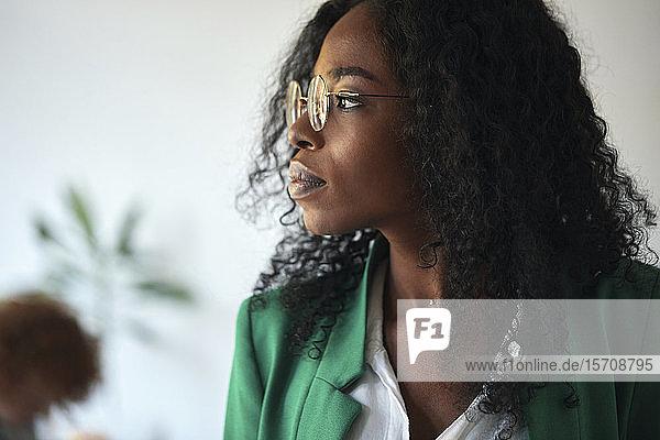 Porträt einer Geschäftsfrau im Amt mit Blick zur Seite