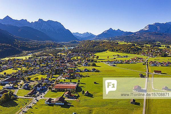 Deutschland  Bayern  Oberbayern  Werdenfelser Land  Krun  Luftaufnahme von Feldern und Dorf mit Karwendel- und Wettersteingebirge im Hintergrund