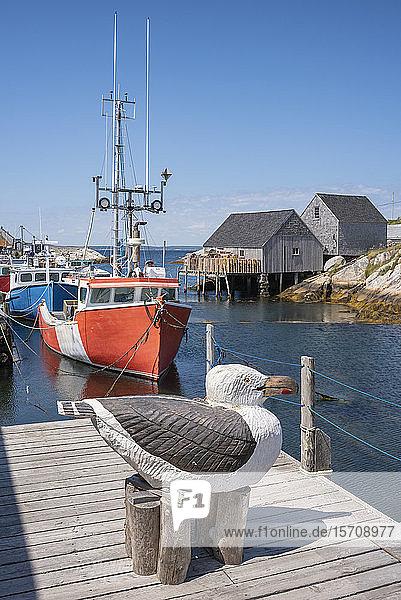 Kanada  Nova Scotia  Peggys Cove  Holzskulptur einer Heringsmöwe im Hafen