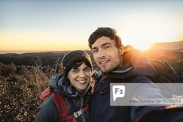 Selbstgefälligkeit eines glücklichen Paares an der ligurischen Küste bei Sonnenuntergang  Finale Ligure  Italien