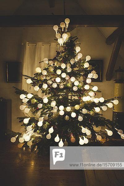 Weihnachtsbaum mit Kugeln aus Glühbirnen
