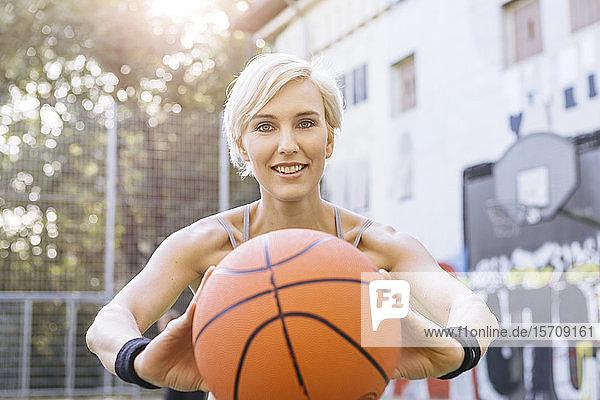 Blonde Frau spielt Basketball in Köln  Deutschland