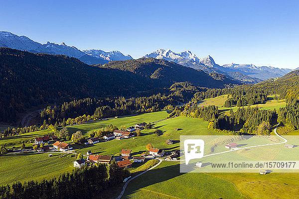 Deutschland  Oberbayern  Werdenfelser Land  Krun  Luftaufnahme eines Dorfes im Tal an einem sonnigen Tag