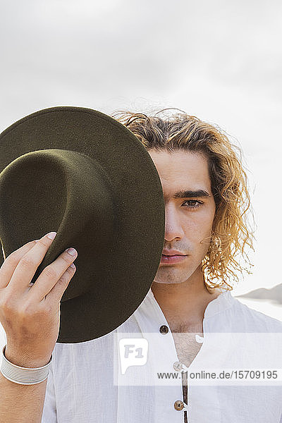 Porträt eines jungen Mannes mit Hut  Ibiza  Balearen  Spanien