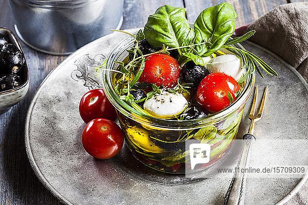 Glas frischer Caprese-Salat in Olivenöl eingelegt