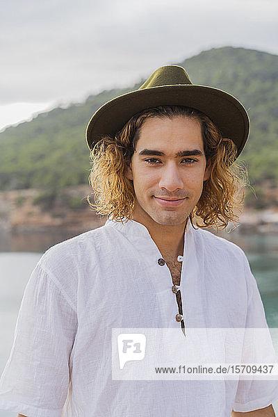 Porträt eines entspannten jungen Mannes  Ibiza  Balearen  Spanien