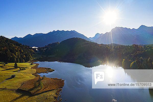 Deutschland  Oberbayern  Werdenfelser Land  Krun  Luftaufnahme des Geroldsees an einem sonnigen Tag