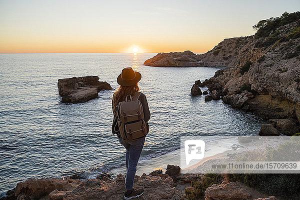 Junge Frau bei Sonnenuntergang am Strand  Ibiza