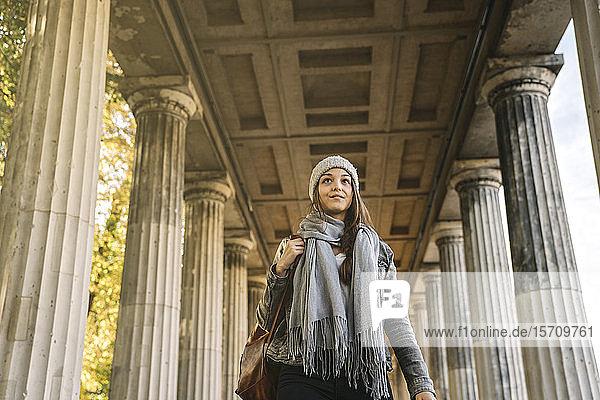 Junge Frau geht durch eine Spielhalle in der Stadt  Berlin  Deutschland