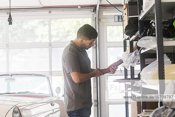 Junger Mann arbeitet in einer Polsterei