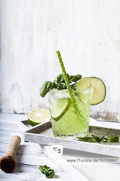 Gin-Basilikum mit Limette zerschlagen