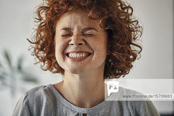 Porträt einer glücklichen Frau mit geschlossenen Augen