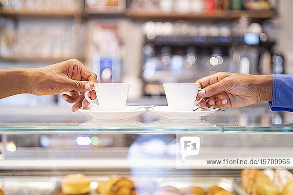 Paar trinkt Kaffee in einem Café Paar trinkt Kaffee in einem Café